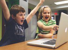 Kinder vorm Computer